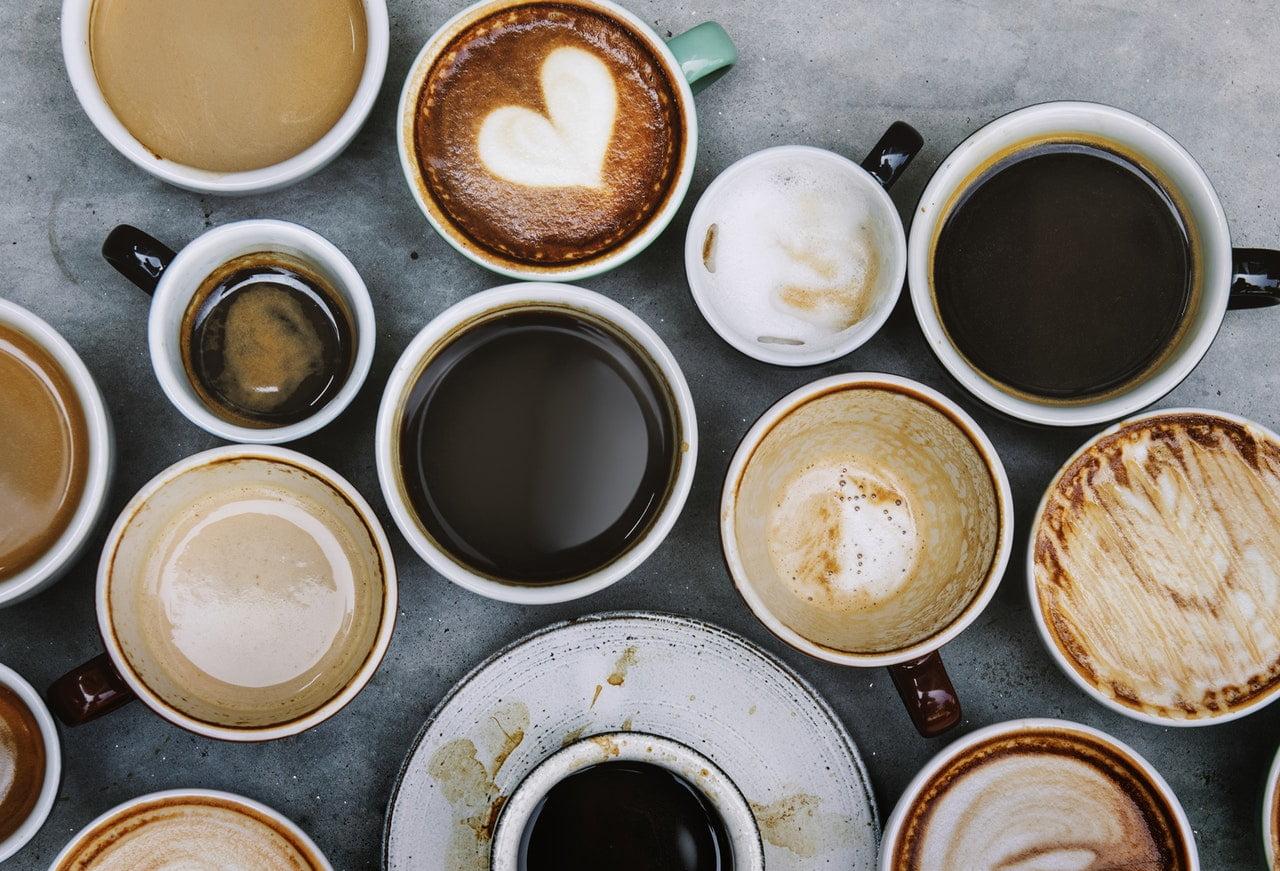 Obrazek z dużą ilością filiżanek kawy. Reprezentującą wiele przyczyn czegokolwiek.